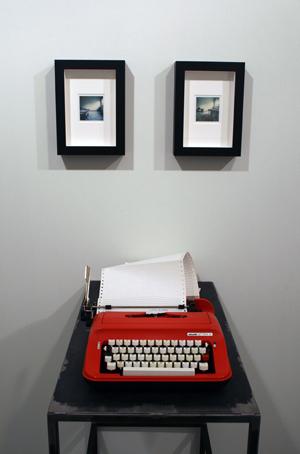 Quaderno di Sogni<br>GMT02<br>installazione macchina<br>macchina da scrivere 90 h x 45 x 80 cm<br>dittico 22x 30 cm<br>impressioni impressioni su carta 100 cm x 70 cm<br>tecnica: installazione<br>anno: 2017<br><br>DISPONIBILE