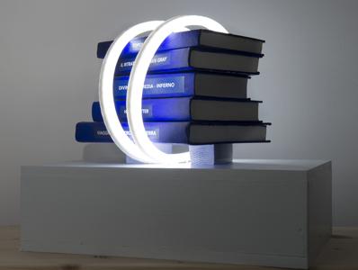 Spazio Amato<br>MSU06<br>misure: 35 cm x 50 cm<br>tecnica: Led, libri, supporto in legno<br>anno: 2016<br><br>DISPONIBILE