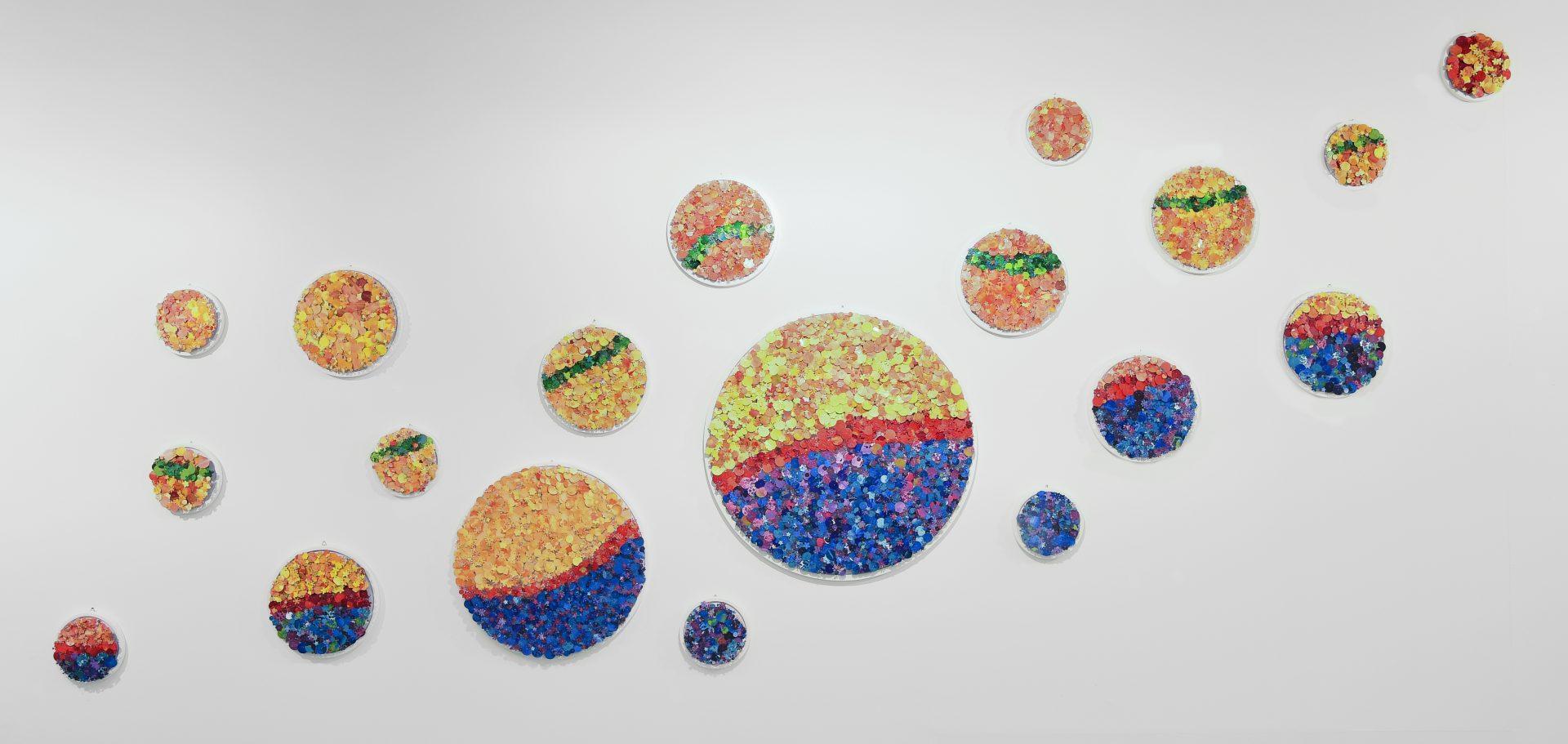 Aggregazioni molecolari e piccole storie della natura<br>MLTT07<br>Installazione Completa<br>misure: 400 x 250 cm<br>tecnica: tasselli in pvc dipinti a acrilico su poliplat<br>anno: 2017<br><br>DISPONIBILE